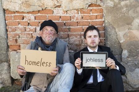 Dakloze mannen zijn bedelen op straat.