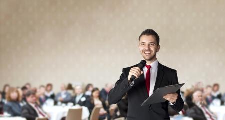 男はマネージャーのため屋内ビジネス会議で話しています。 写真素材