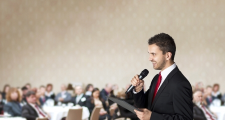 conferencia de negocios: El hombre est� hablando en conferencia de negocios en interiores para los administradores Foto de archivo