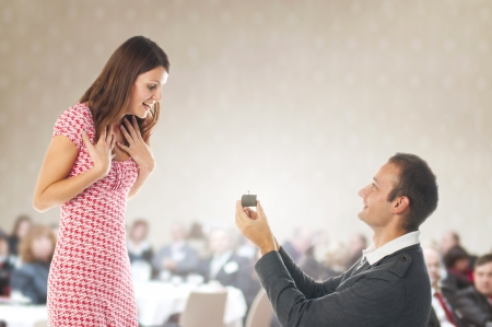 arrodillarse: Propuesta escena rom�ntica con la mujer y el hombre feliz