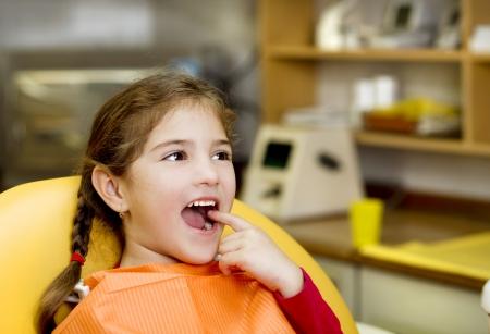 Kleines M�dchen mit ihren Z�hnen durch den Zahnarzt �berpr�ft Stockfoto - 17458113