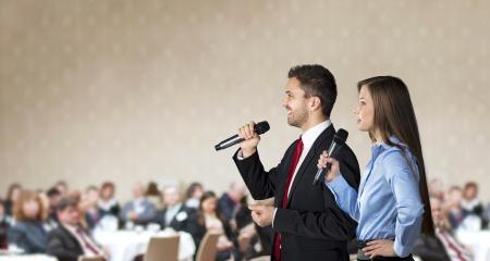 conferencia de negocios: Rueda de negocios de interior para los administradores en el hotel