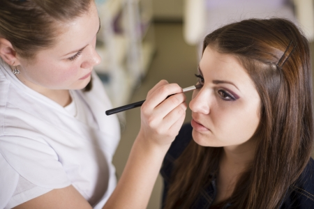 make-up poeder: Make up artist doet professionele make-up van jonge vrouw