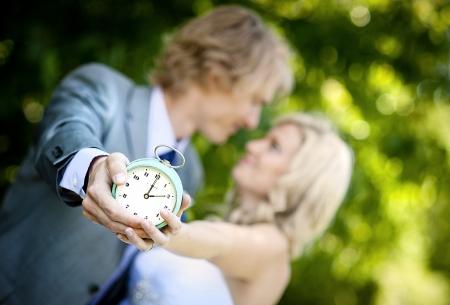woman clock: Pares de la boda hermosa est� disfrutando de boda