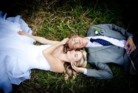 vőlegény: Gyönyörű esküvői pár élvezi esküvő