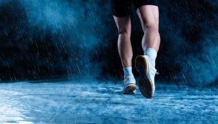 pieds sales: D�tail de pieds Runne en cours d'ex�cution dans l'obscurit� brumeuse