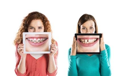 Grappig studio portretten met tablet op geïsoleerde achtergrond
