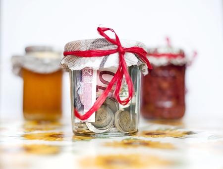 generosity: Ahorro de dinero en el frasco de vidrio con conservas