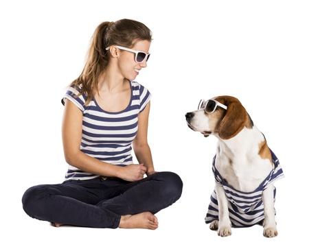 perros vestidos: Perro con la mujer se presenta en estudio - aislado sobre fondo blanco Foto de archivo