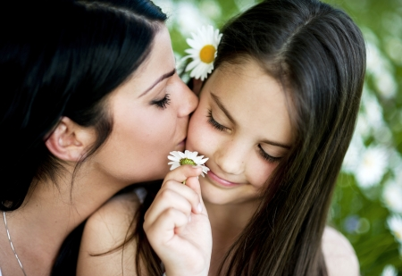 madre e hija: Madre e hija est�n juntos en el parque