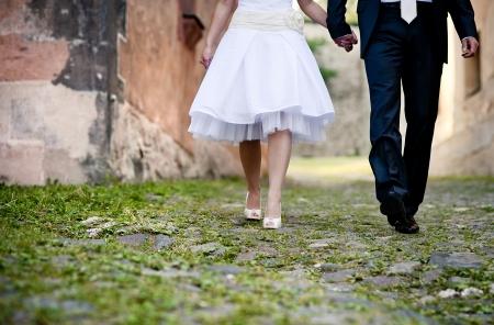 Les mariés se promènent à l'extérieur ensemble