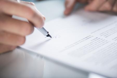 Zakenman is de ondertekening van een contract, zakelijke contractdetails