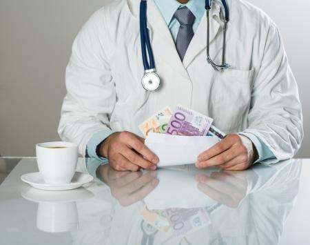 corrupcion: Primer plano de doctor en medicina manos, tomar dinero