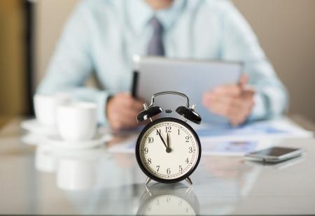 punctual: Hombre de negocios en la oficina tiene un problema con fecha límite