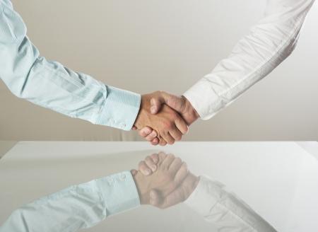 pacto: Primer plano de los hombres de negocios d?ndose la mano sobre un acuerdo