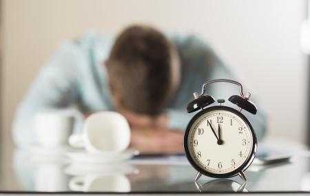 punctual: Hombre de negocios en la oficina tiene un problema con fecha l?te