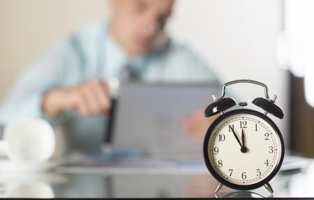 an alarm clock: Hombre de negocios en la oficina tiene un problema con fecha l?mite