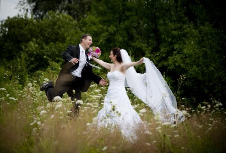 bröllop: Bruden och brudgummen bröllop porträtt i naturen Stockfoto