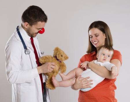 nariz roja: Madre con el beb? est? teniendo un reconocimiento m?dico a m?dico pediatra