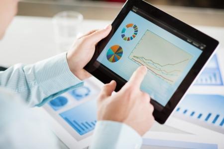 planung: Geschäftsmann liest Business-Grafiken und Diagramme