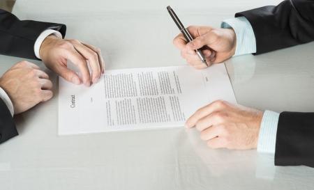 ビジネスマンは契約に署名する、ビジネス契約の詳細