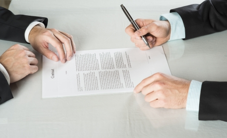 Los empresarios firman un contrato, detalles del contrato comercial