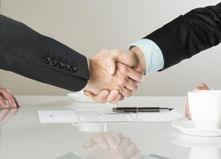 Los empresarios están firmando un contrato, los detalles del contrato de negocios