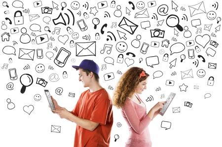 Mooie jonge paar met tabletten is het gebruik van sociale media Stockfoto