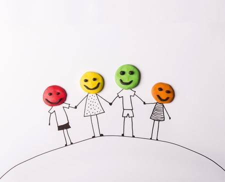 familias unidas: Concepto de familia feliz con las cabezas de plastilina Foto de archivo
