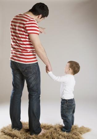 Junger Vater mit seinem Sohn spielen