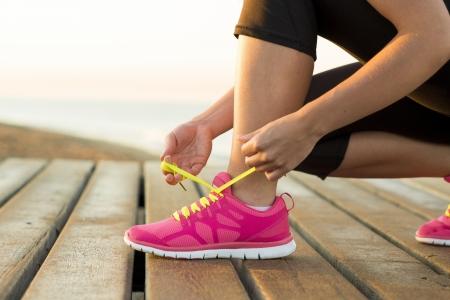 健身: 年輕女子是在陽光明媚的自然運行