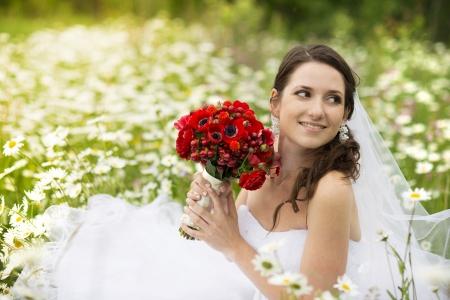 mujer con rosas: Novia en vestido blanco en el prado