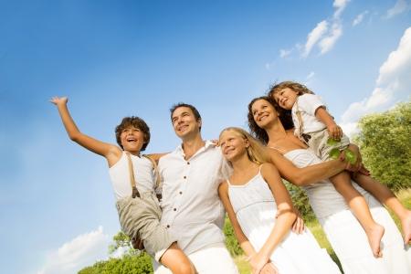 familia en jardin: Familia feliz
