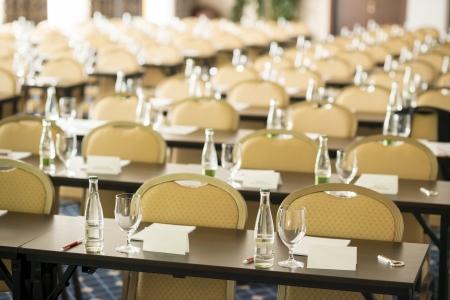Congres kamer klaar is voor binnen zakelijke conferentie Stockfoto