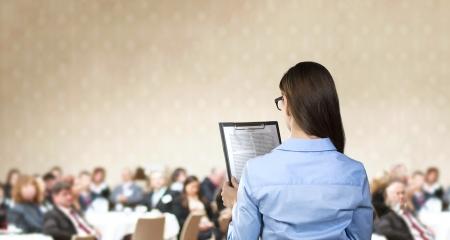 会議で話している美しいビジネス女性