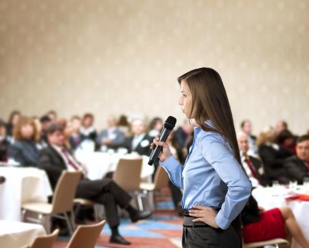 美しいビジネス女性会議で話してください。
