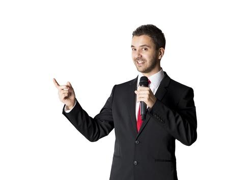 Bel homme d'affaires parle sur la conférence à l'hôtel