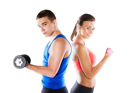 levantar pesas: Athletic hombre y la mujer antes del ejercicio físico