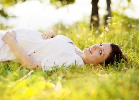 mujeres embarazadas: Natural retrato al aire libre de la hermosa mujer embarazada