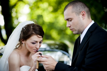cigare: Happy bride and groom in a black car on wedding day Stock Photo