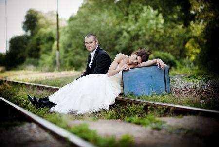 vőlegény: Boldog menyasszony és a vőlegény az esküvő napján