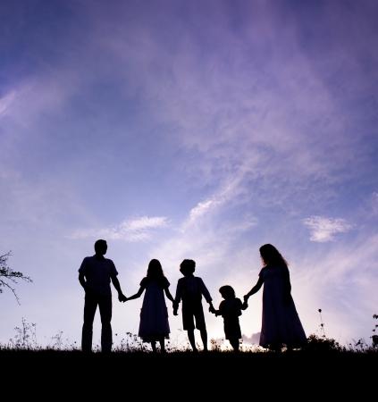 Silhouettes des parents heureux de s'amuser avec leurs enfants Banque d'images - 21981526
