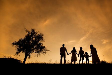Silhouetten der glückliche Eltern haben Spaß mit ihren Kindern Standard-Bild - 21981746