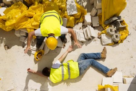 accidente trabajo: Trabajador de la construcci�n tiene un accidente mientras trabajaba en la nueva casa Foto de archivo