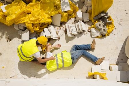 建設作業員は新しい家に取り組んでいる間事故を持っています。 写真素材
