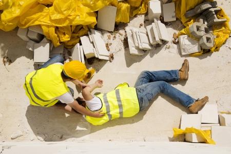 accidente trabajo: Trabajador de la construcción tiene un accidente mientras trabajaba en la nueva casa Foto de archivo