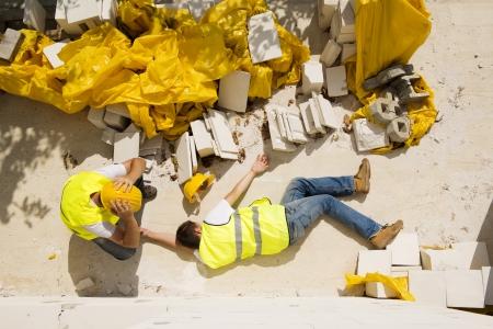 Travailleur de la construction a un accident alors qu'il travaillait sur une nouvelle maison Banque d'images - 22282082