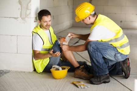 lesionado: Trabajador de la construcci�n tiene un accidente mientras trabajaba en la nueva casa Foto de archivo