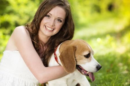 mujer perro: Retrato de una mujer con su perro al aire libre hermoso Foto de archivo