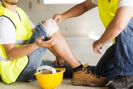 elementos de protecci�n personal: Trabajador de la construcci�n tiene un accidente mientras trabajaba en la nueva casa Foto de archivo